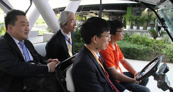 Japan Vice Minister experiencing FPT's self-drivingcar